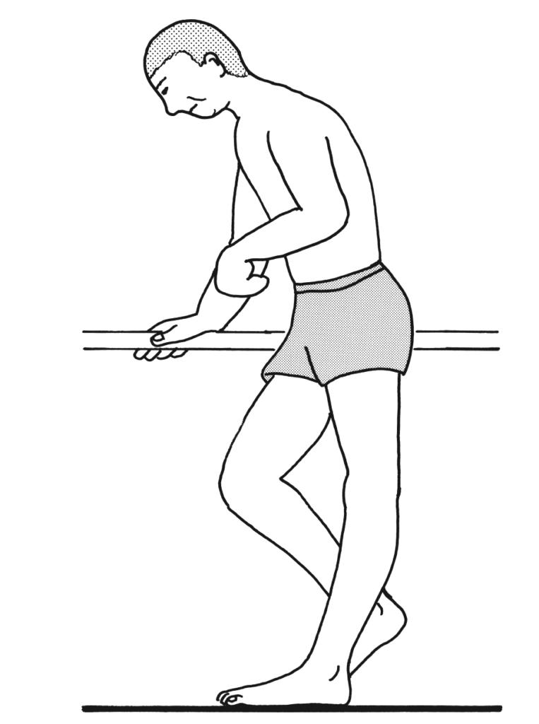 75歳の男性。脳梗塞による左片麻痺。発症後1か月で回復期リハビリテーション病棟に転棟した。平行棒内歩行にて立脚相で図のような状況を呈した。立位歩行練習時の患側への対応で適切でないのはどれか。 第54回理学療法士国試【午後-13】